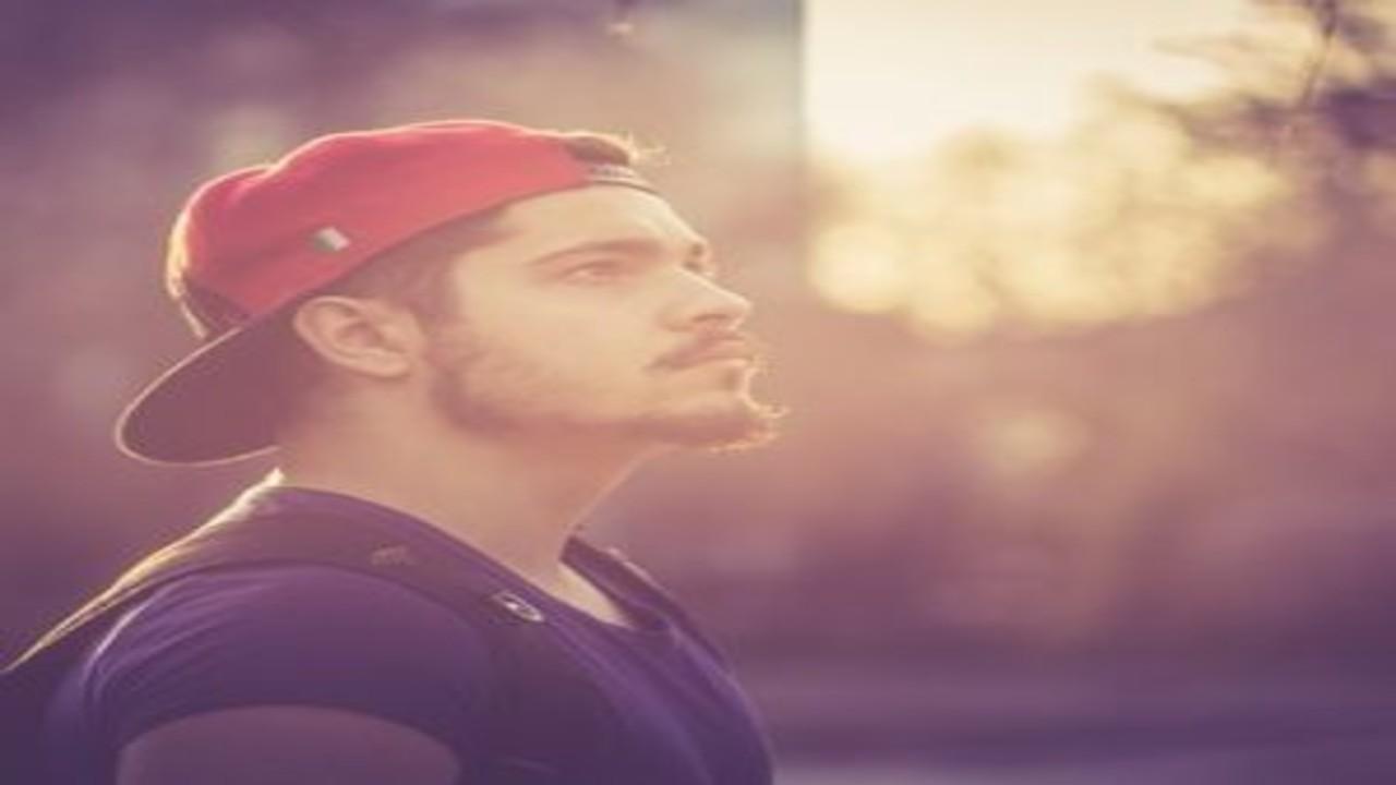 free画像,赤帽子,空見上げる,外人髭