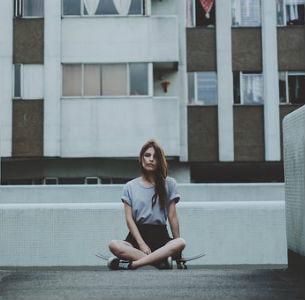 free画像,アパート,座る女性