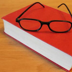 free画像,赤い本,黒縁眼鏡